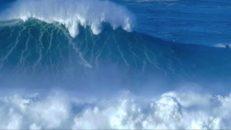Världens största surfvåg i vacker slowmotion [Nazaré, Portugal]