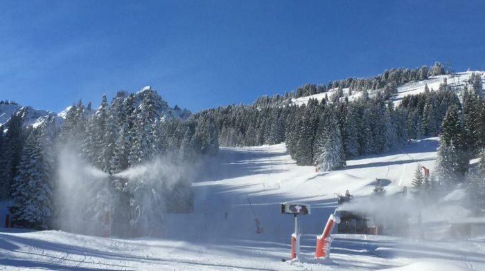 Lagom tills att Åre fick ta över världscuptävlingarna började snön falla i Courchevel.