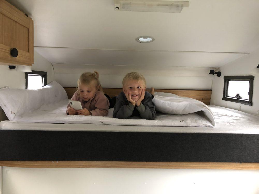 Barnen provar sängen