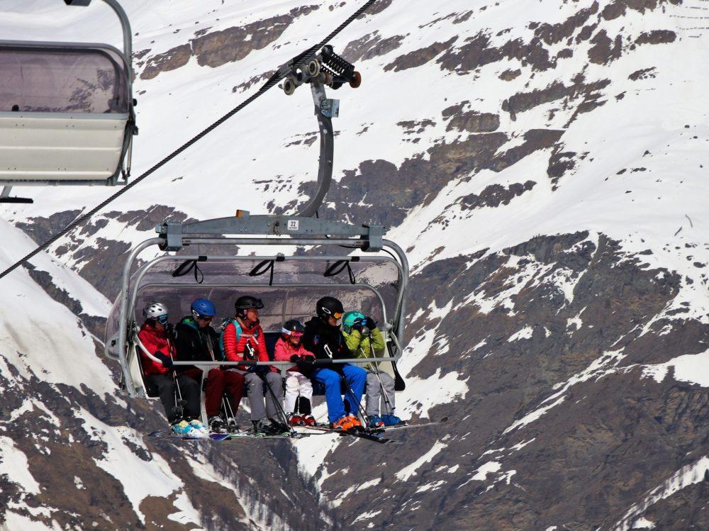 skiers-3304525_1920-1000x749.jpg