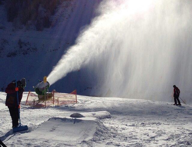 Snökanonerna jobbar för fullt i Mayrhofens park.