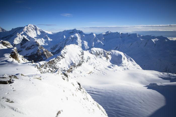 Virvlande vacker vyn från roterande topprestaurangen Allalin i Saas-Fee på 3 500 meters höjd