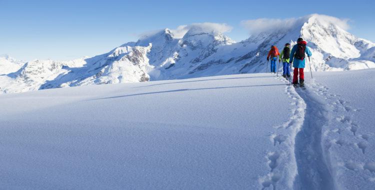 Långa skuggor när Alpsolen står lågt i början av december. Följ med till ett försäsongs-Saas-Fee