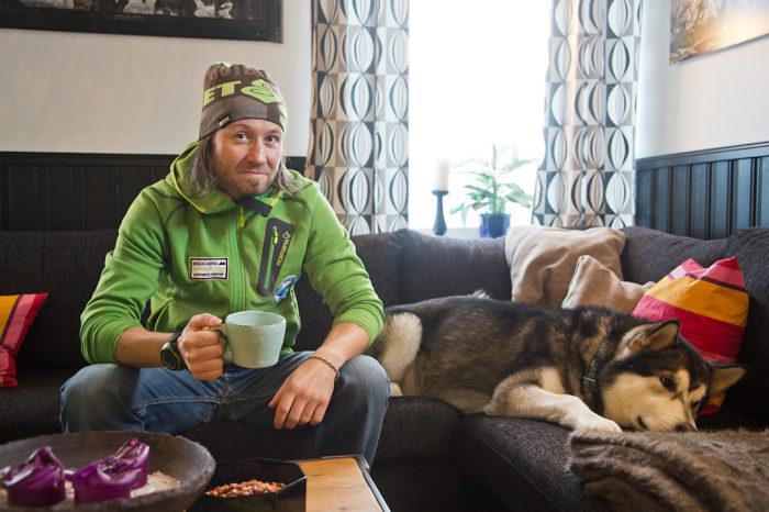 Bent Vida Eilertsen och hans hund Yeti i soffan på Senja Lodge