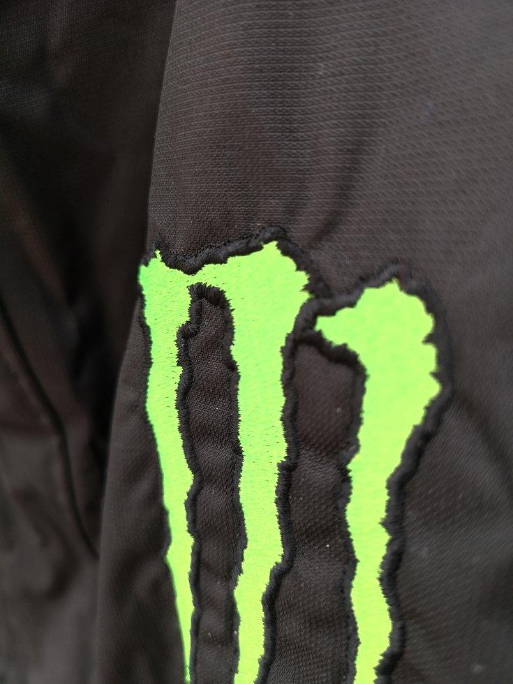 Oanvänd jacka från Monster Energy. Storlek Large. Kan posta den om så  önskas men ni betalar frakten. df8c18b1dc61f
